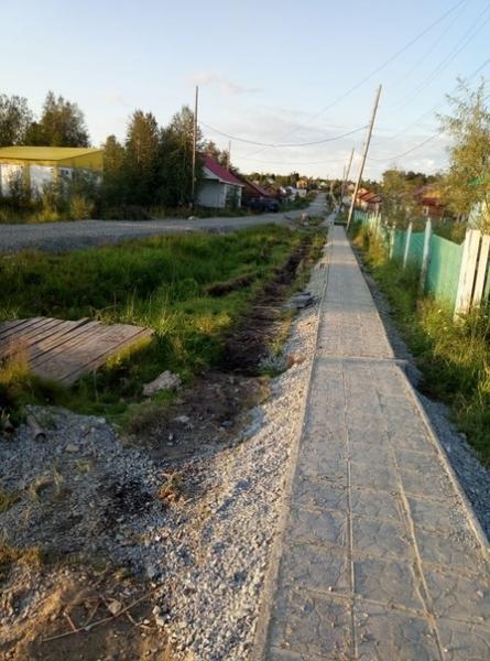 Словно паутина опутали каменные дорожки село