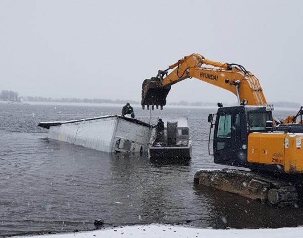 Затонувший холодильник МСП «Мужевское» удалось извлечь из воды